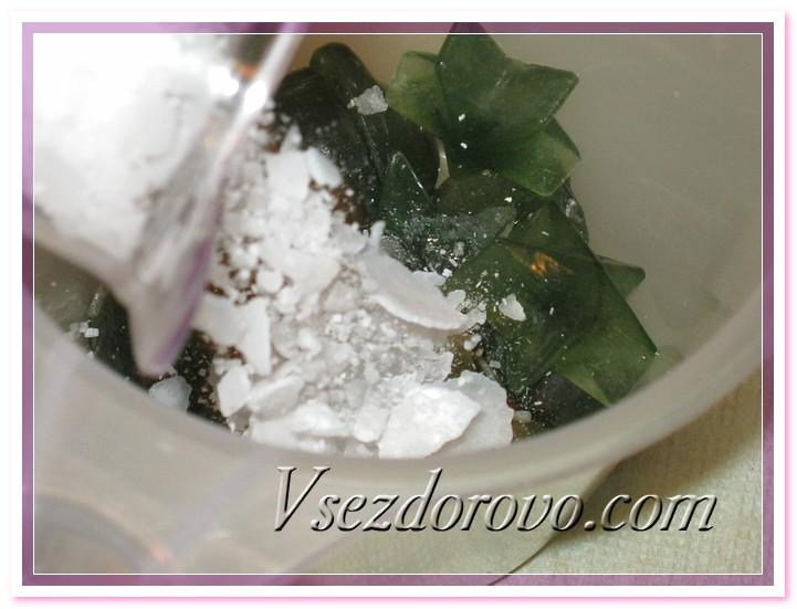 взвешиваем щелочь и аккуратно всыпаем ее замороженный отвар крапивы.