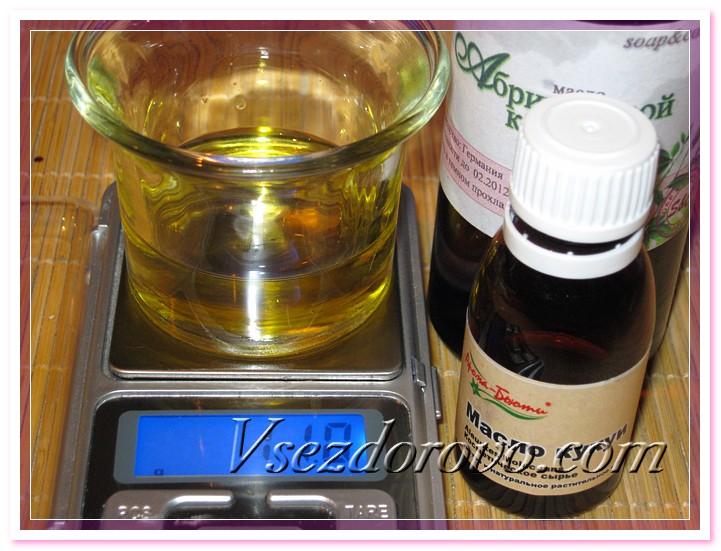 В растопленное масло ши добавляем жидкие масла – масло абрикосовых косточек и масло кукуи