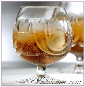 виски со льдом в бокале фото