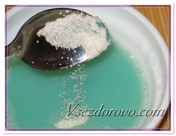В остывшую смесь всыпаем сахар