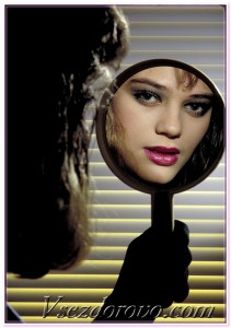 красивая девушка в зеркале фото