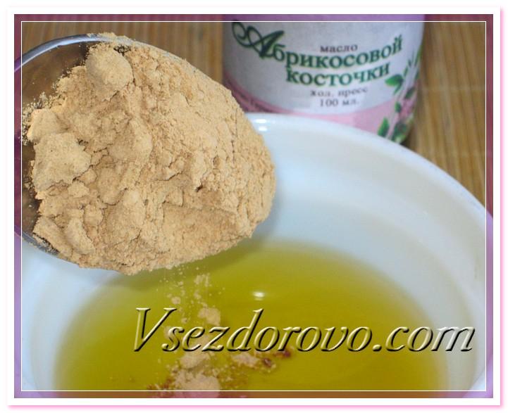 Немного подогреваем масло абрикосовых косточек (до 30-35 градусов), высыпаем в него лецитин