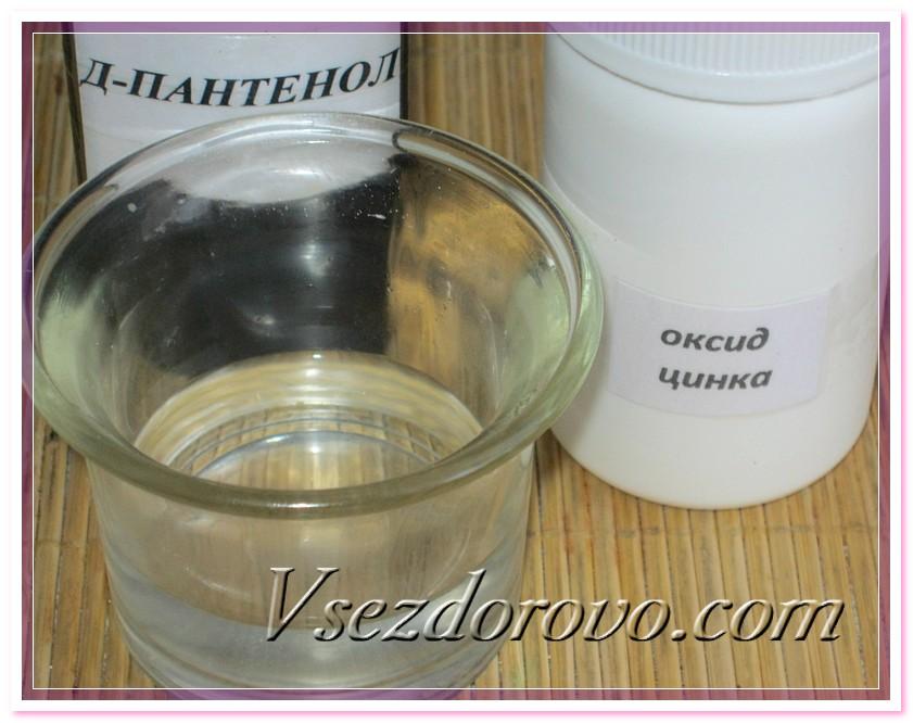 В отлитый и уже остывший гидролат с растворенными серой, мочевиной и сорбатом калия добавляем Д-пантенол и оксид цинка