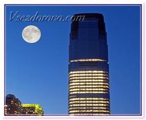 луна над городом фото