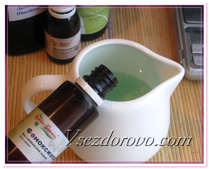 Чтобы спрей мог спокойно храниться на полочке в ванной, добавляем консервант феноксиэтанол