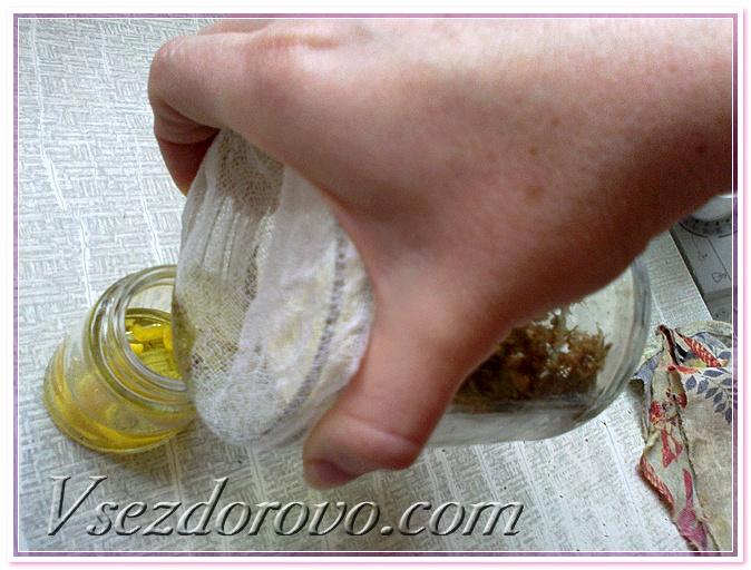 Через марлю процеживаю масляную вытяжку в стеклянный пузырек