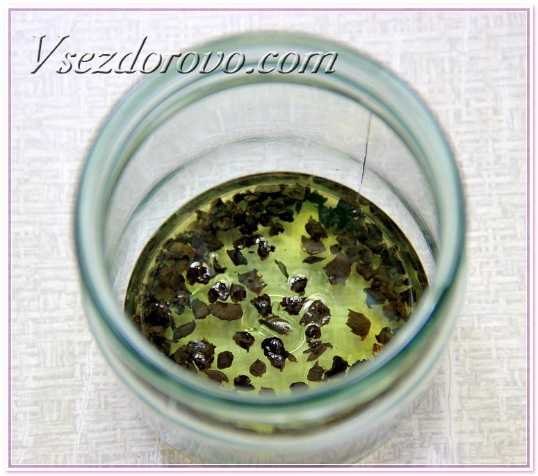 Полученные мелкие кусочки прополиса кладу в пол-литровую банку и заливаю маслом