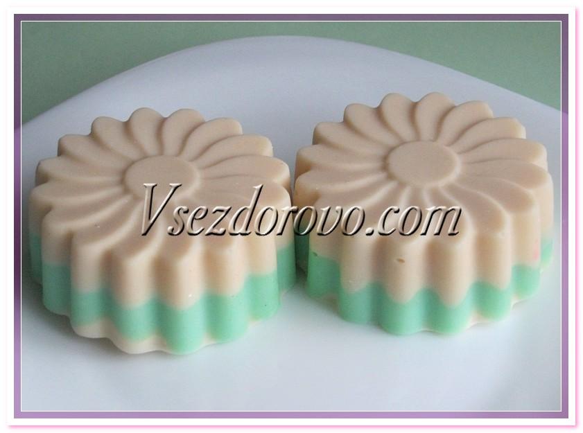Можно делать молочное мыло с красителем и в порционных формочках, не требующих нарезки