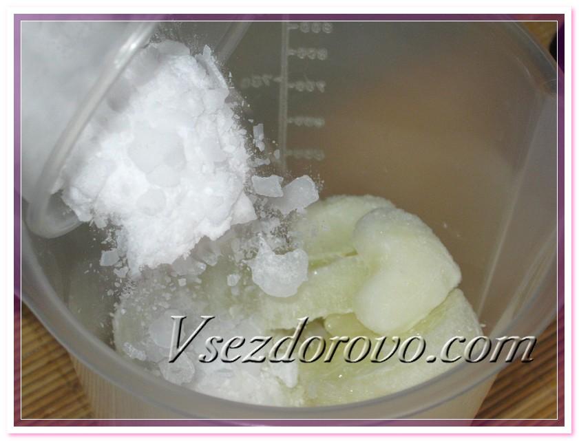 В емкость с замороженным молоком всыпаем щелочь и хорошо перемешиваем