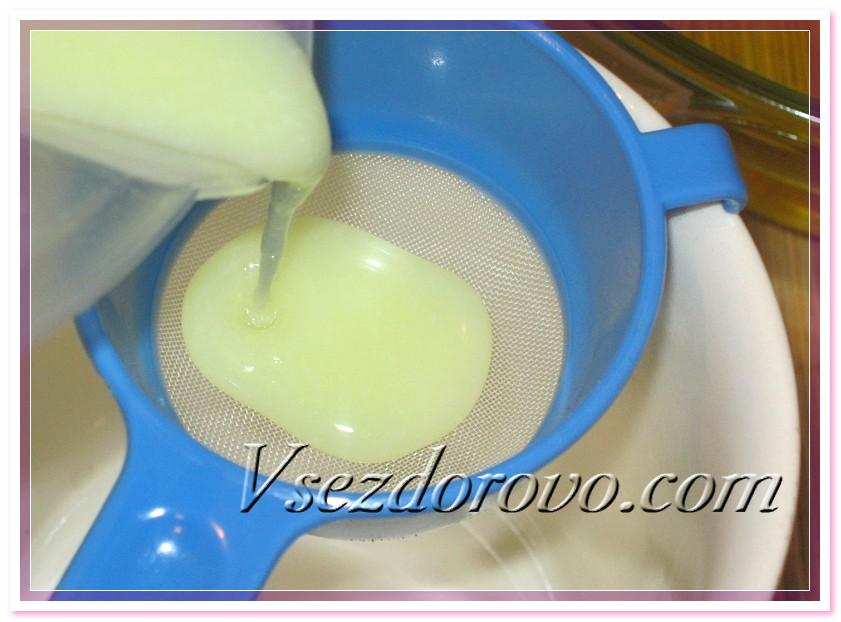 Так как щелочной раствор на молоке получается не прозрачный, обязательно процеживаем его через мелкое неметаллическое ситечко