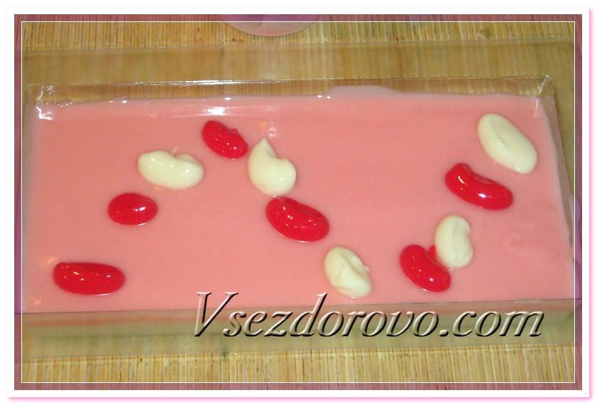 Украсим мыло – накапаем сверху разноцветной мыльной массой, а потом соединим эти капли стеклянной палочкой