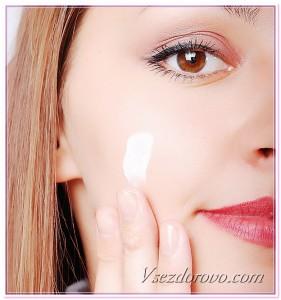 девушка наносит крем на лицо фото