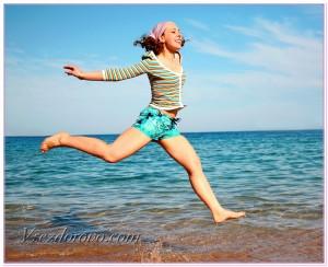 девушка бежит по берегу моря фото