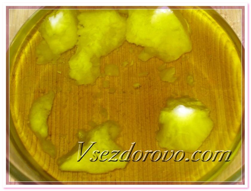 На водяной бане подогреваем масла до полного растворения кокосового масла
