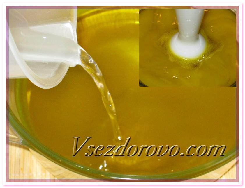 Вливаем щелочной раствор в масла и начинаем перемешивание блендером