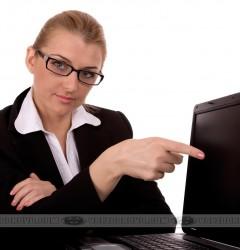Девушка возле ноутбука