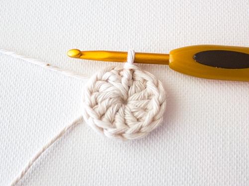 Вяжем красивую цветную салфетку крючком