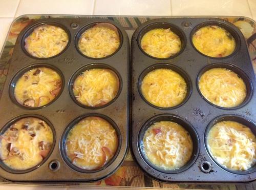 Рецепт быстрой закуски из ветчины и грибов к 23 февраля: корзиночки и яичный рулет