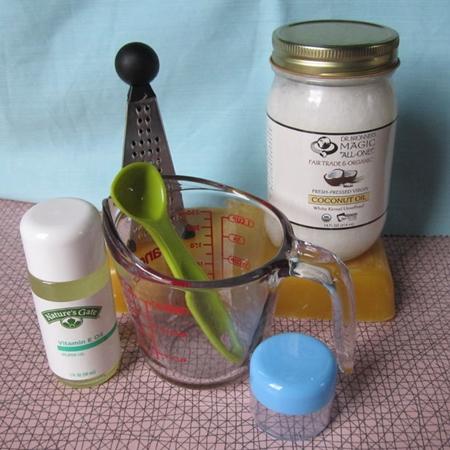 Домашний бальзам для губ из кокоса и пчелиного воска