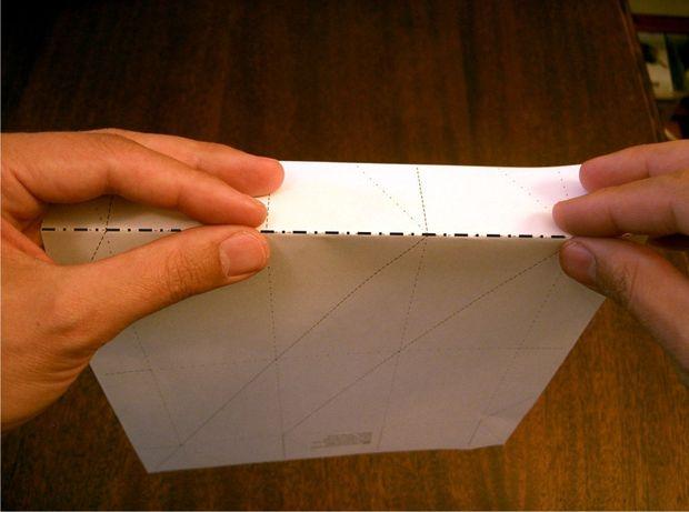 Согните лист по самой верхней горизонтальной линии