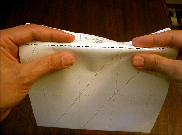 загните бумагу по нижней горизонтальной линии.