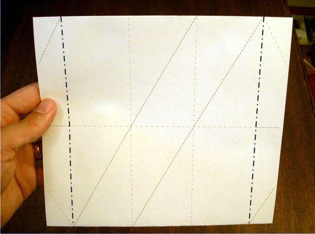 Загните две вертикальные узкие полоски с краев.