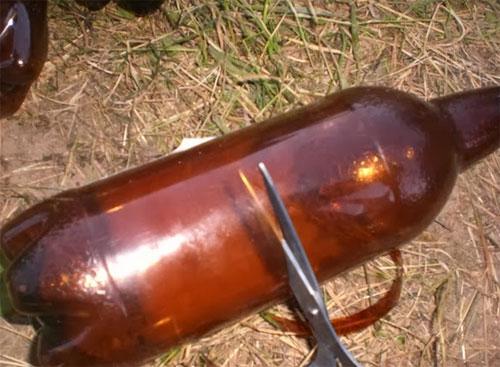 разрезать бутылки коричневого цвета на две части.
