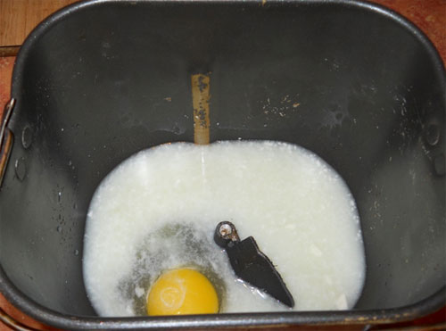Выливаем содержимое стакана в чан хлебопечки.