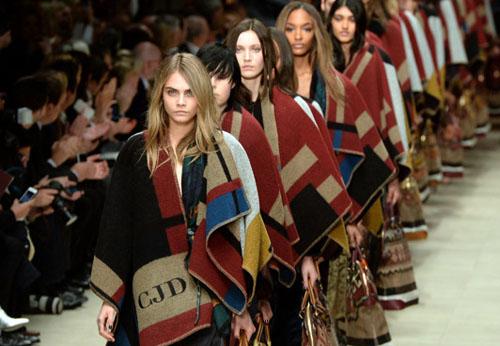 Шарфы и платки, как и остальные аксессуары не устояли перед повальным увлечением дизайнеров геометрией.