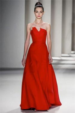 Акцент в предстоящем сезоне делается на яркость, поэтому дизайнеры представили в своих коллекциях красные платья.