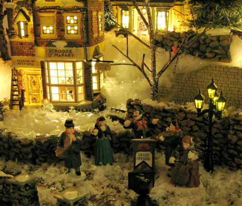 Собравшись за столом на Рождество обычно поют любимые эстрадные песни, русские народные или романсы.