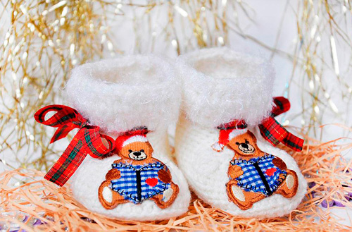 Хороший новогодний подарок для самых маленьких – это пинетки ручной работы.