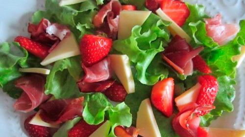 рецепт салата из клубники, ветчиной и пармезана