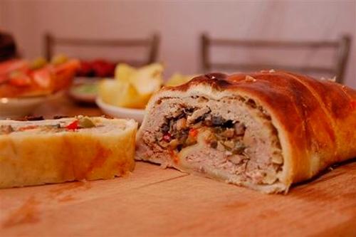Штрудель с мясом - это популярное немецкое блюдо, которое может быть и самостоятельным и подаваться в составе обеда