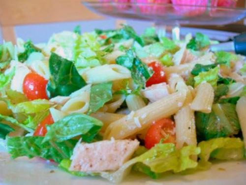 Салат из пасты пенне с креветками и авокадо