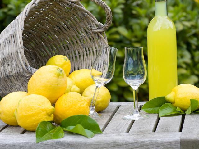 лимонад и лимоны