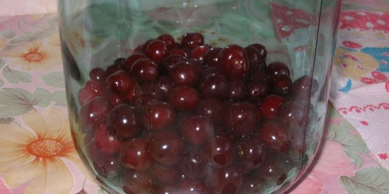 Консервированный компот из вишни с косточками