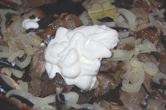Шампиньоны со сметаной и луком на сковороде рецепт пошагово