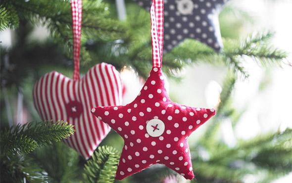 Новогодняя елочная игрушка своими руками из подручных материалов (ваты, фетра, бумаги, лампочек, ткани, папье-маше) в школу и детский сад