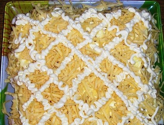 Самый вкусный салат с ананасами — рецепты слоями и классические
