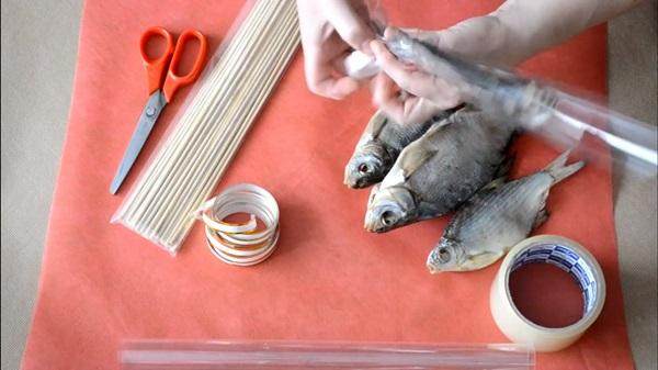 buket-iz-piva-13 Как сделать пивной букет своими руками, пошагово. Букет пивной для мужчин фото, в кружке, в коробке, на 23 февраля