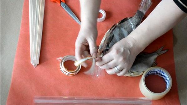 buket-iz-piva-14 Как сделать пивной букет своими руками, пошагово. Букет пивной для мужчин фото, в кружке, в коробке, на 23 февраля