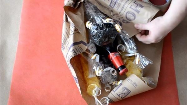 buket-iz-piva-23 Как сделать пивной букет своими руками, пошагово. Букет пивной для мужчин фото, в кружке, в коробке, на 23 февраля