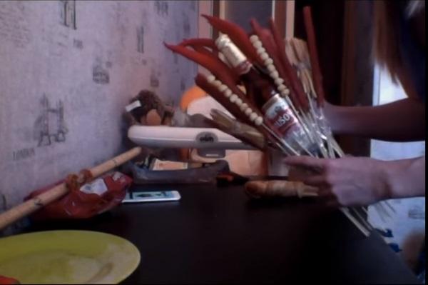 buket-iz-piva-40 Как сделать пивной букет своими руками, пошагово. Букет пивной для мужчин фото, в кружке, в коробке, на 23 февраля