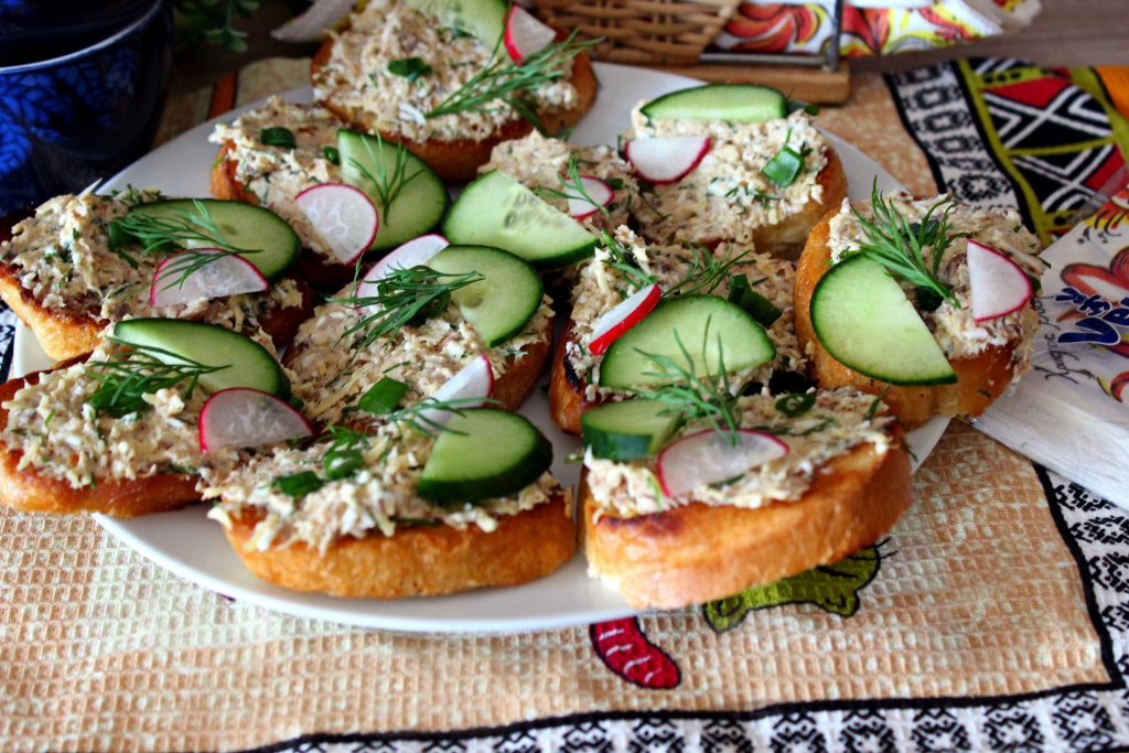 Вкусный салат-закуска на гренке с сардинами и свежим огурчиком