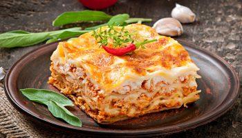 Классическая итальянская лазанья в соусе бешамель, с мясным фаршем и пармезаном