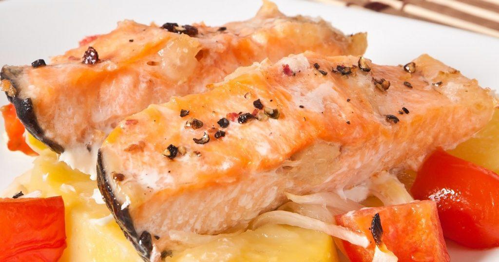 Лосось жареный с острым соусом: рецепт за 30 минут