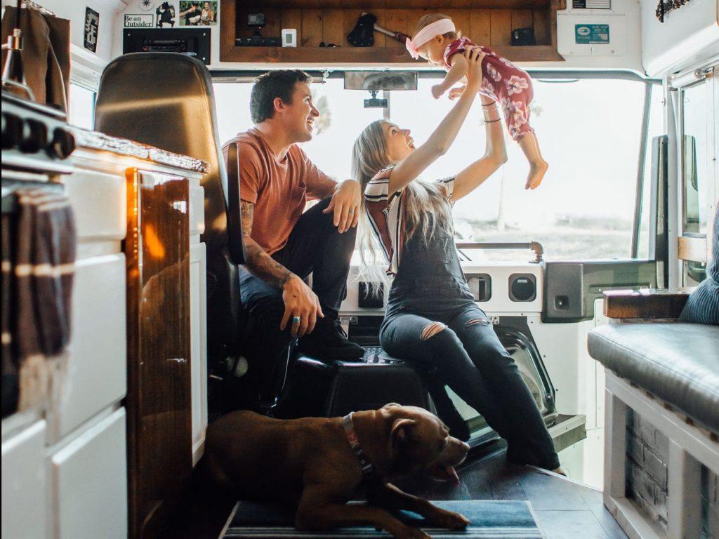 Пара отремонтировала автобус площадью 16 квадратных метров и живет там вместе с дочерью и собакой