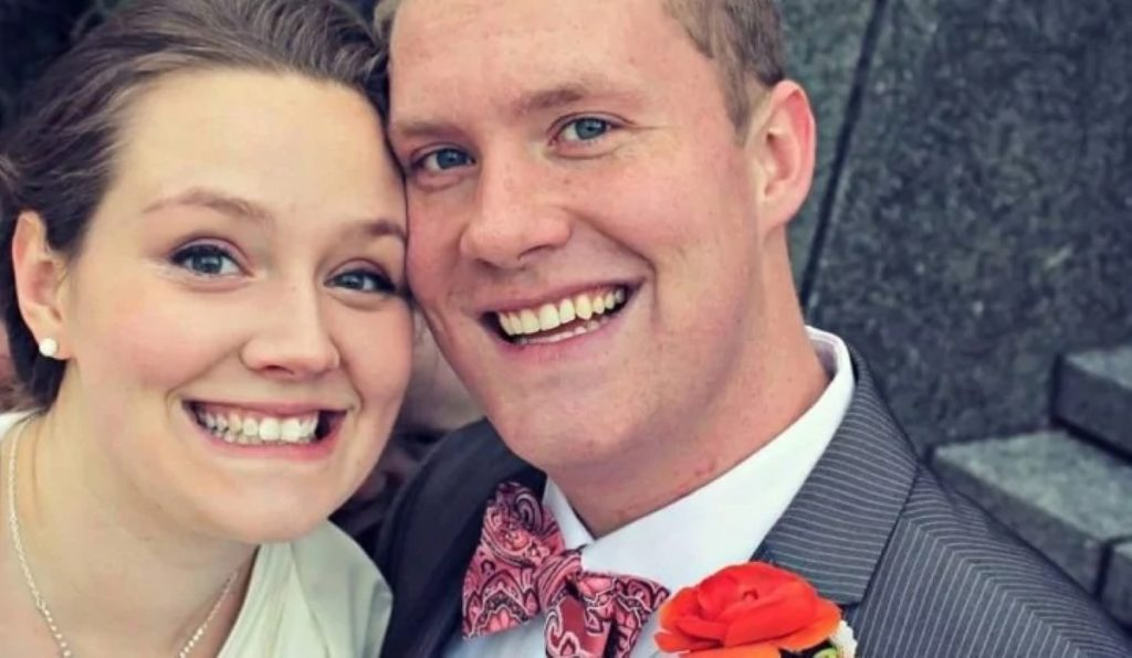Пара разместила свадебную фотографию в сети. Но на фото есть еще одна особа, которую замечают не все. И персонаж этот не самый приятный