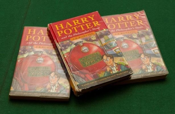 Пожилая британка нашла книги на мусорке. И лишь через 11 лет узнала их истинную стоимость